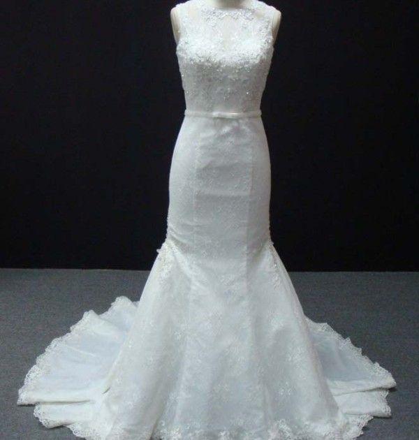 Vestido de noiva sereia estruturado, decote redondo, todo em renda com pedrarias. Via Brasil Noivas.