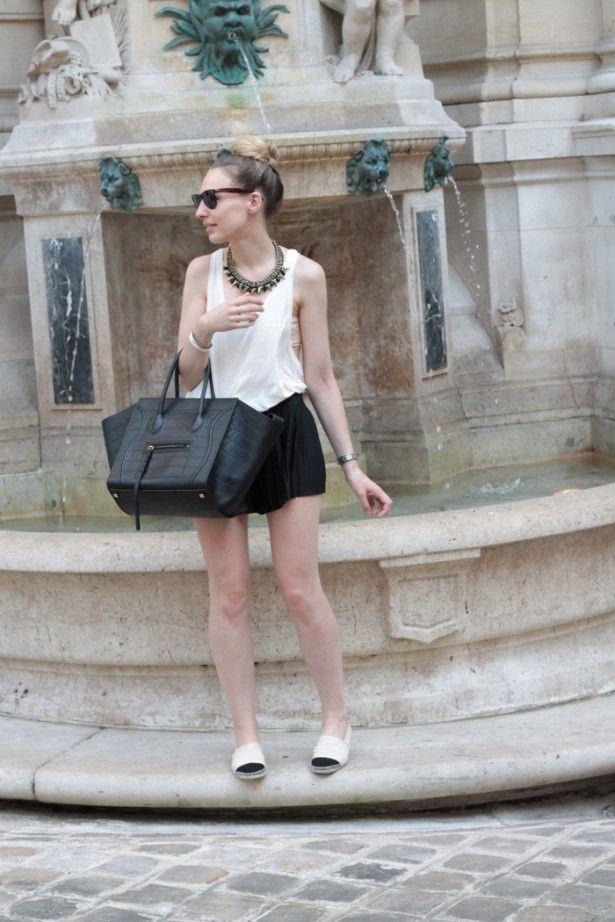 Débardeur échancré, short plissé H Trend, sac Luggage Phantom Céline, collier H, espadrilles Chanel