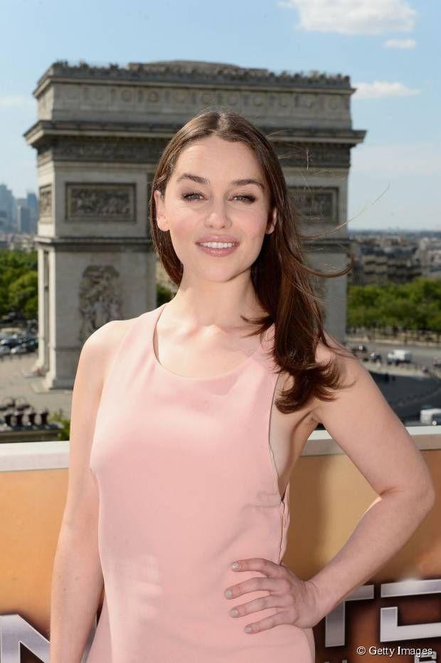 """Com cabelos longos e ondulados, Emilia Clarke participou de sessão de fotos do filme """"O Exterminador do Futuro: Gênesis"""", em junho"""