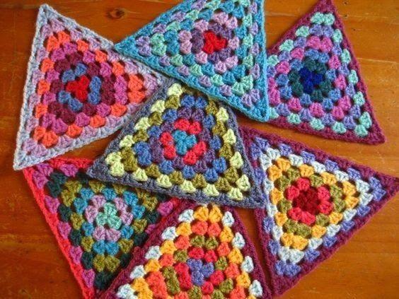 In plaats van de gebruikelijk Granny vierkantjes  te haken, kun je ook driehoekjes haken:        Het patroon is niet moeilijk:  Begin...