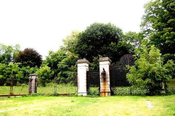 The Gates To Lynnewood Hall The Neoclassical Revial Home Designed For Peter Arrell Brown