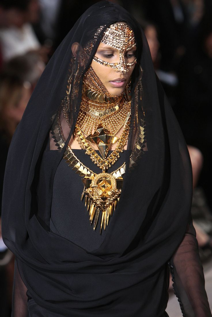 [http://www.vogue.com/fashion-shows/fall-2009-couture/givenchy/slideshow/collection#6]