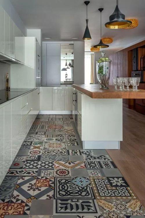 Fliesen-Deko Ideen: moderne Küche, weiße Möbel, Holz und marokkanischen Fliesen