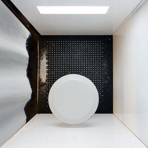 Voici une manière non conventionnelle de photographier des intérieurs ! Le photographe allemand, Menno Aden, a réalisé cette série de clichés à partir du plafond de multitudes de lieux à Berlin. Garage, boutique, habitation, des milieux familiers qu'il rend insolites par son angle de prise de vue créant un rendu aplati et bidimensionnel.