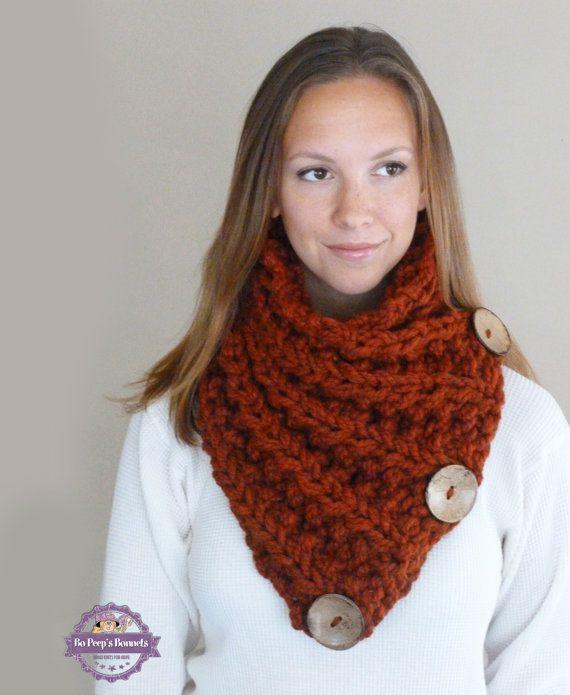 Cette main tricot écharpe chunky bouton faite de fil dépice orange doux et épais. Le fil est doublé pour plus de chaleur et lécharpe est en tricot avec nervures complexes dans tout le corps de lécharpe.  Il y a trois grande noix de coco fonctionnelle boutons cousues à la main sur le foulard.  Cette belle écharpe encapsule et touches facilement et gardera vous sentir chaude et élégante à la recherche.  Taille : Adulte/adolescent La fin non étirée : longueur 32 1/2 X largeur 12  Vous voulez…