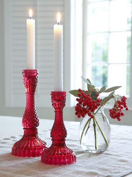 Elegance and simplicity work well together for a Christmas table display.