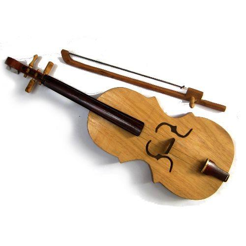 A Rabeca de Fandango aportou no Brasil junto com os colonizadores portugueses, é um dos mais antigos instrumentos da cultura popular. É  caracteristico do Fandango, uma dança de origem portuguesa, que freqüentou palácios e movimentou a aristocracia brasileira e, posteriormente, foi adotada pelo povo.