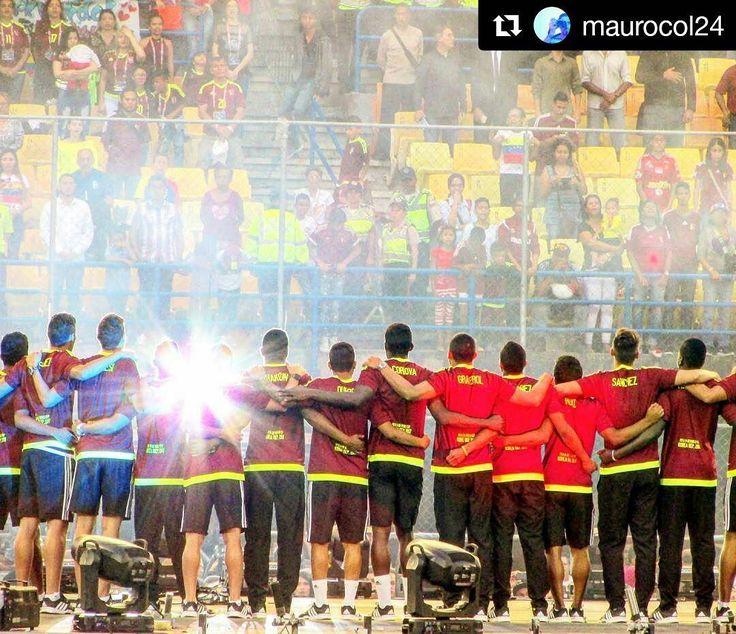Foto de @maurocol24 Así juntos somos más #ccs #caracas #caminacaracas  Espíritu Vinotinto!! . Estadio Olímpico de la UCV Caracas - Venezuela . Recibiendo y Celebrando a la selección de Fútbol Sub20 . . #estadio #vinotinto #futbol #beauty #campus #caracas