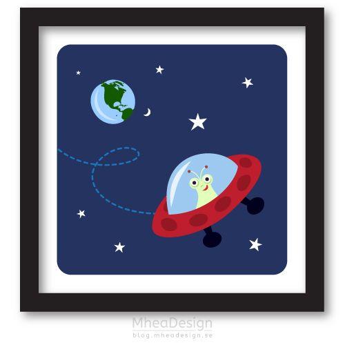Grafiskt tryck för barn föreställande en liten utomjording i sitt rymdskepp med jorden och stjärnor i bakgrunden. Söt barntavla med tema rymden.