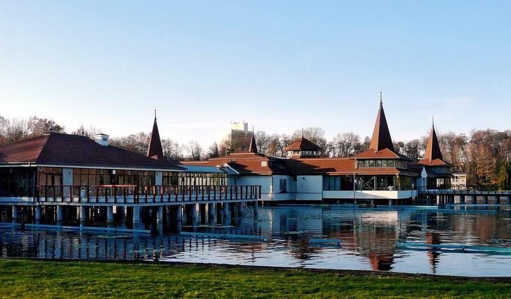 """Hévíz is met 4500 inwoners een kleine stad in #Hongarije.  De naam Hévíz betekent """"warme, stromende bron"""". Verwonderlijk is dat niet want in Hévíz bevindt zich het #grootste thermale meer ter #wereld.  http://huntravel.nl/category/heviz/  Foto:sarah"""