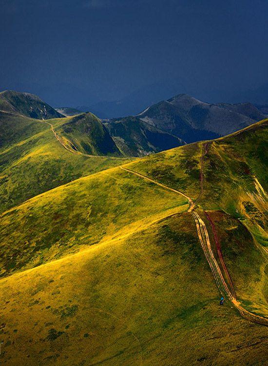 Hegyek, Sötét pl. ES a nap Fény dombok Sergiy Trofimov