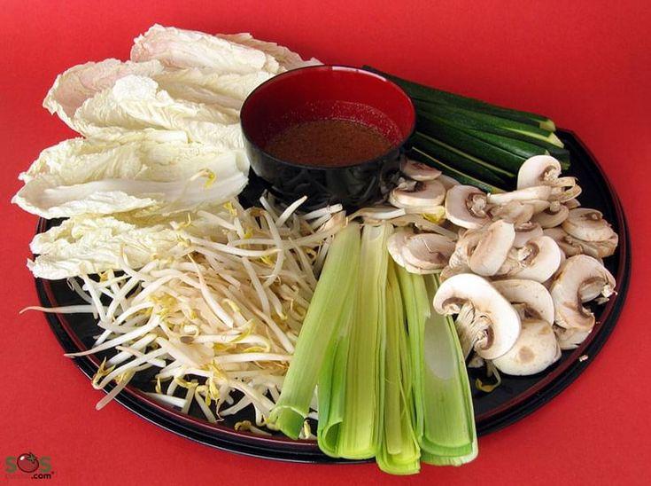 Fines tranches de viande et de légumes que l'on fait cuire dans un bouillon mijotant au centre de la table. La tradition chinoise veut que ce repas s'articule en deux étapes: La fondue proprement dite en début de repas et la soupe en fin de repas. Cette façon de faire, qui est à l'inverse de ce que l'on fait en occident, faciliterait en effet la digestion. Il n'y a pas d'autres règles établies pour ce mets, outre le fait qu'il est préférable de commencer avec un b...