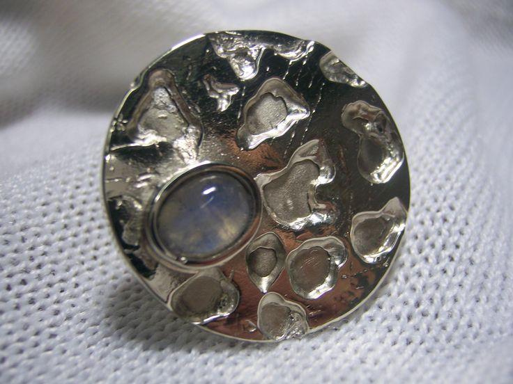 Anillo de alpaca, plata y piedra de la luna.