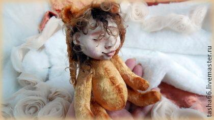 Намаялся...после утренников.Кукла.. 'Много я стихов пла мисак ласказал дидуле!'  Нарядили дитя в мишку!  Шапочка съемная,с пуговкой.  Малыш намаялся по новогодним утренникам и елкам,да так,что стал засыпать сидя,и со счастливой улыбкой на личике!