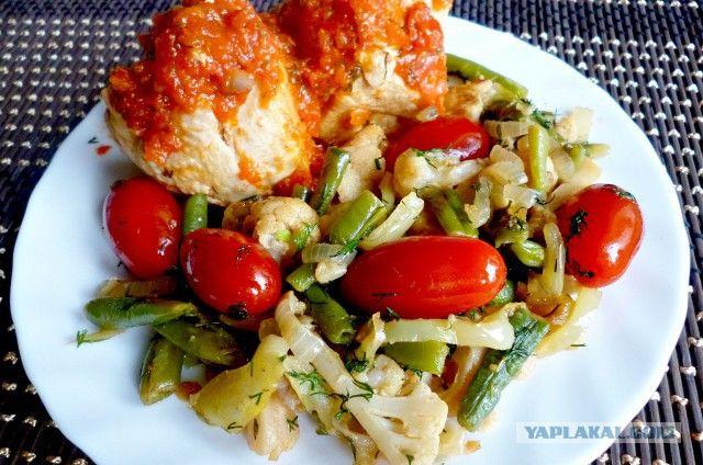 Курица под красным соусом с овощами
