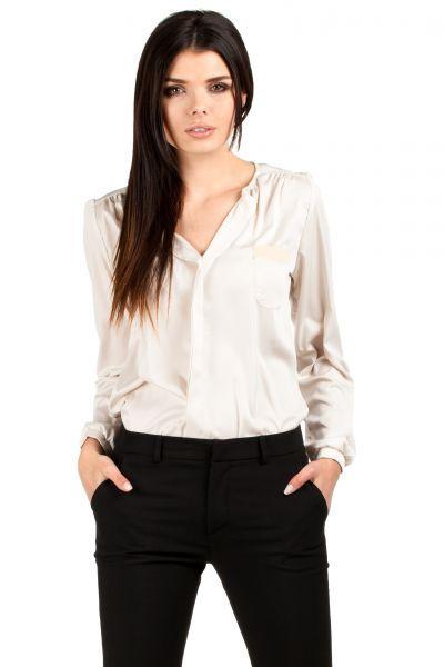 Koszulowa bluzka z odważnie wyciętym dekoltem