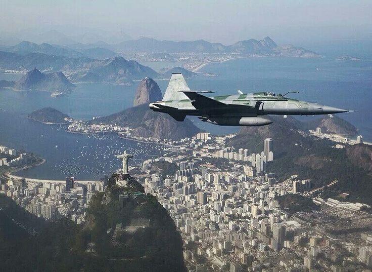 巴西空軍在2016里約奧運會前舉辦空中表演,一架 #F_5 戰鬥機正在飛越 #瓜納巴拉海灣 #Guanabara_Bay,遠處是 #救世基督像 #Christ_the_Redeemer 和 #糖麵包山 #Sugar_Loaf_mountain,#巴西 #Brazil #里約熱內盧 #Rio_de_Janeiro。為了確保里約奧運會安全舉辦,巴西政府將在奧運期間部署8萬5千名警察和士兵進行巡邏,相當於倫敦奧運會的兩倍。攝影師:Felipe Dana