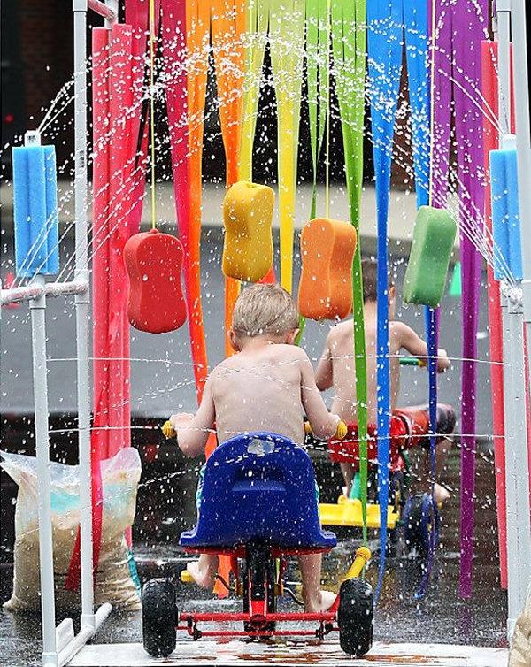 Kid's car wash. Bij heel warm weer.