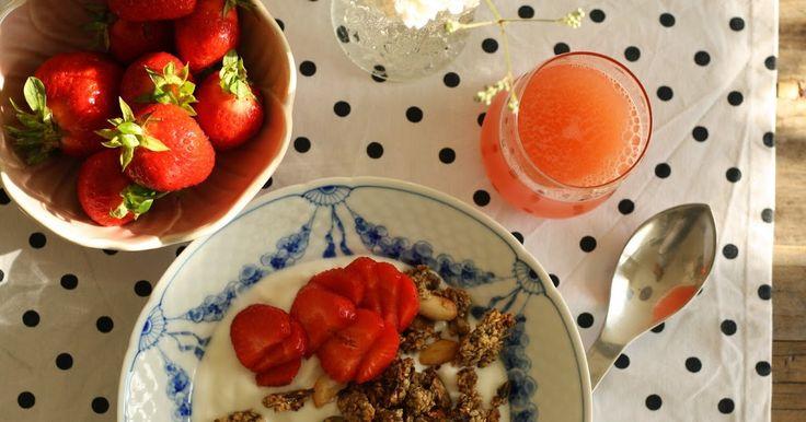 Smuk morgenmad i en smuk tallerken fra mormors gemmer og blomster fra haven- så starter dagen godt.       Efter en varm sommernat e...
