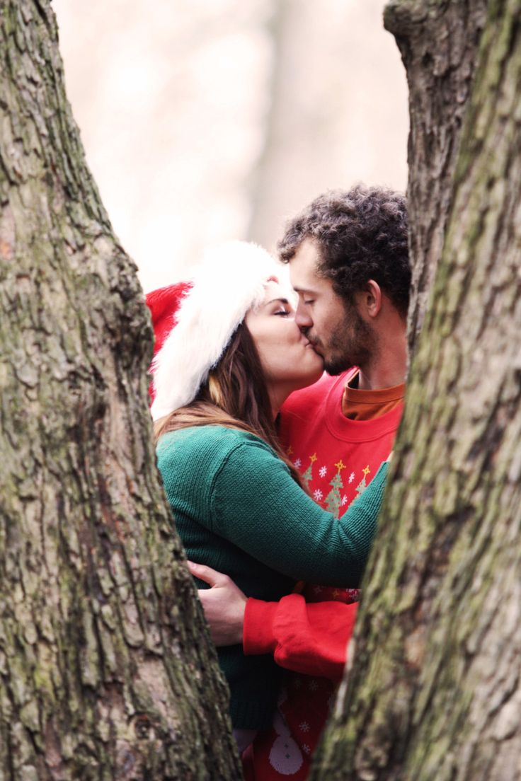 51 Romantic Couples Christmas Photo Ideas : Outdoor Kiss Christmas Photo Ideas For Couple