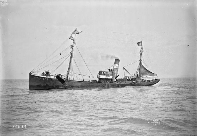 14/09/1923, Boulogne(-sur-Mer), semaine du poisson, le chalut est hissé après la pêche (sur le pont du chalutier Castelnau) | Photographie de presse : Agence Rol
