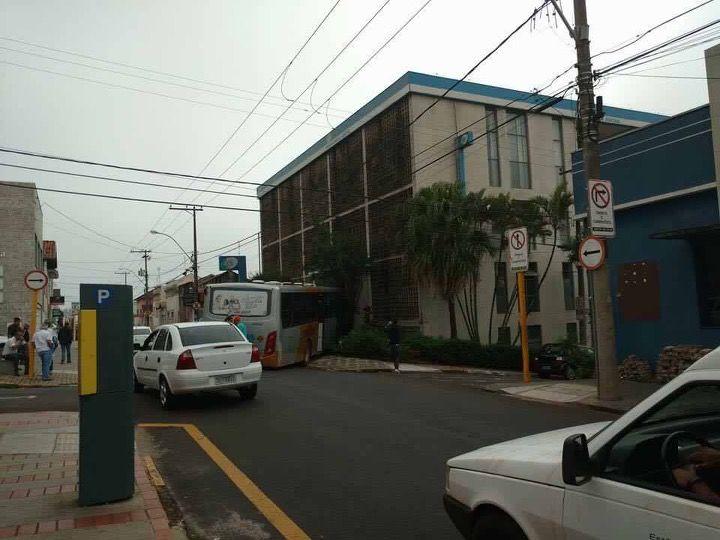 Ônibus perde controle e se choca com escadaria do INSS - Um ônibus da empresa Stadtbus se envolveu em mais um acidente na manhã desta quarta-feira, dia 26. O veículo descia pela rua Campos Salles e a fazer a conversão na rua Curuzu, perdeu o controle e se chocou com a escadaria do prédio do INSS.  Segundo a Semutran, que esteve no local, o ônibus não  - http://acontecebotucatu.com.br/geral/onibus-perde-controle-e-se-choca-com-escadaria-do-inss/