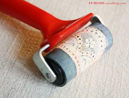Le tuto: une petite bande de dentelle ancienne fixée avec du double face sur un rouleau (ici un rouleau encreur pour la gravure)  on roule sur un tampon encreur ou dans un peu d'acrylique diluée, le tissu absorbe bien la couleur et la restitue sur le papier comme par magie!