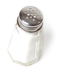 Strooi zout in een pan met beschadigde anti-aanbaklaag. Opwarmen, zout afspoelen en hij is weer als nieuw.