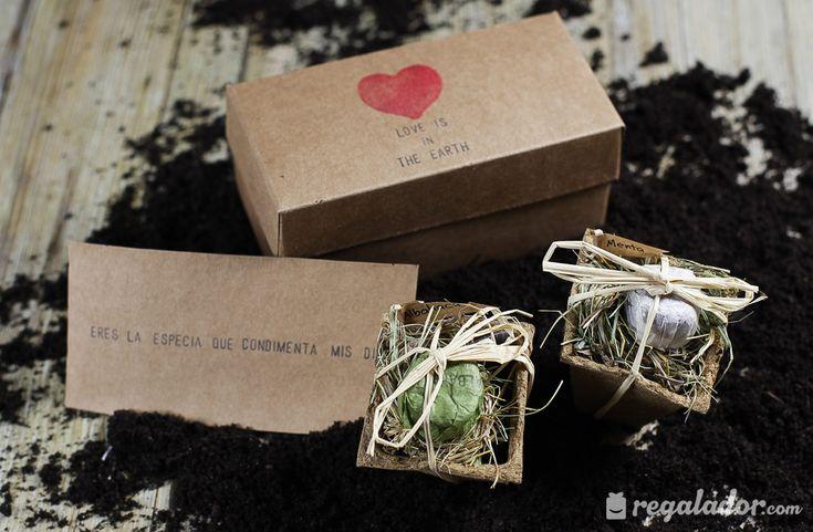"""Caja """"Love is the Earth"""" para jardineros románticos. 2 bombas de semilas aromáticas: albahaca y menta El kit trae todo lo necesario y un romántico mensaje ¡Este regalo es la bomba!"""