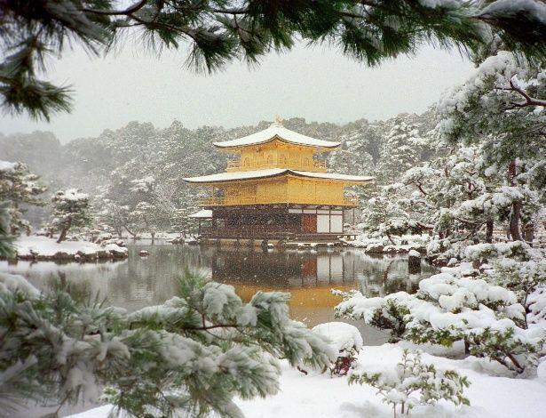 Poucas cidades asiáticas ficam tão lindas sob a neve como Kyoto. A camada branca que cobre os jardins e parques históricos da metrópole japonesa durante o inverno (principalmente entre janeiro e o começo de março) são um convite para lindos passeios e grandes fotos. Entre as paisagens que mais ganham beleza no frio estão o famoso Templo do Pavilhão Dourado (ou, em japonês, Kinkaku-ji), o templo xintoísta Heian Jingu e o conjunto arquitetônico japonês Ginkaku-ji