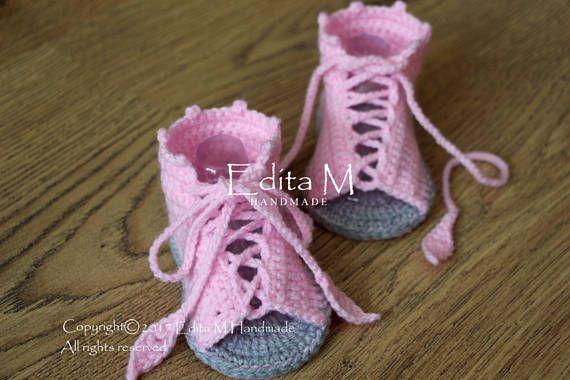 Gehaakte baby sandalen, babymeisje gladiator sandalen. Gemaakt van acryl garen.  Grootte: 0-3 maanden (enige lengte ca. 9 cm - 3 1/2 inch) Grootte: 3-6 maanden (enig lengte ca. 10 cm. - 4 inches)  Handwas in koud water.  Je kunt me vinden op Facebook: https://www.facebook.com/EditaMHandmade/   Bestellingen naar Verenigd Koninkrijk worden verzonden door Royal Mail ondertekend voor First Class. Verzending meestal duurt 1-2 werkdagen.  Internationale bestellingen worden ...