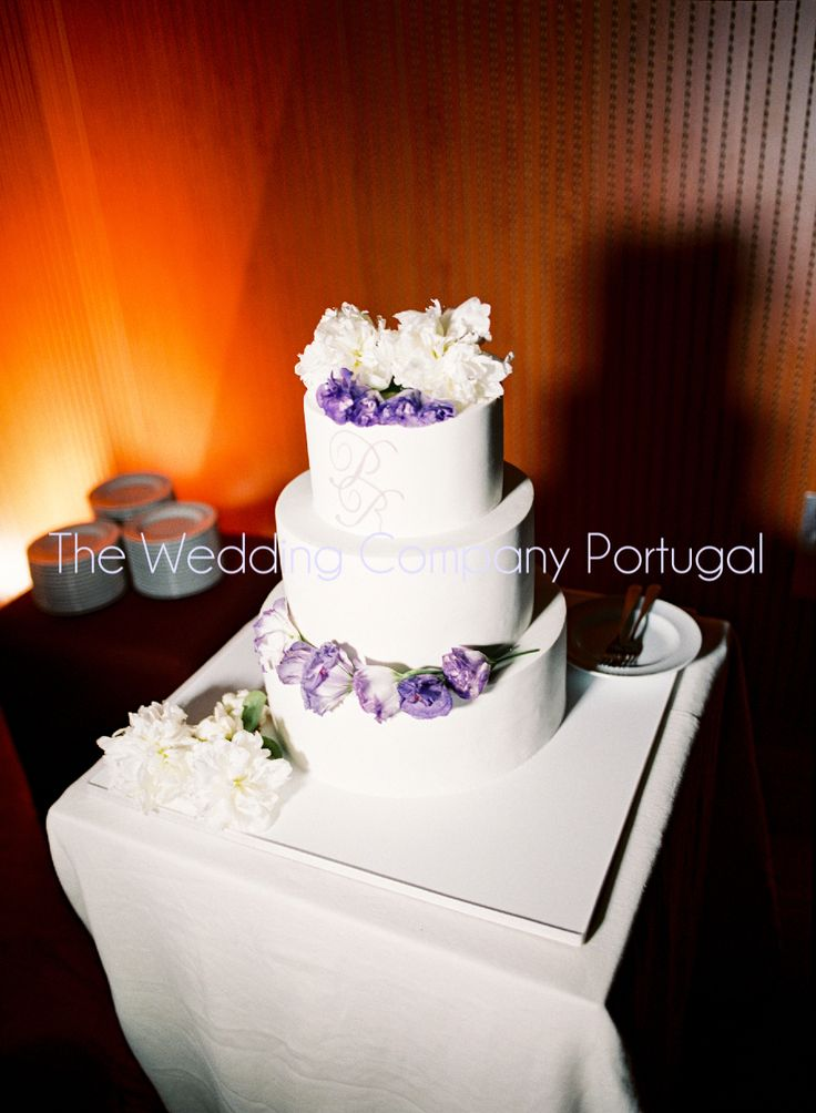 Classic white tiered cake decorated with real flowers.  Wedding by The Wedding Company - Portugal.  Photo by Miguel Varona.