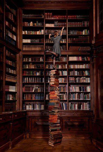 De werkkamer van de vader van Bruno, lijkt op een grote bibliotheek. Er was een heel hoog plafond en de muur was bedekt met donkere houten planken vol boeken, net zoals op de afbeelding. Deze oude bibliotheek is hoe ik me de werkkamer voorstel, maar dan met een bureau vol papierwerk ervoor.