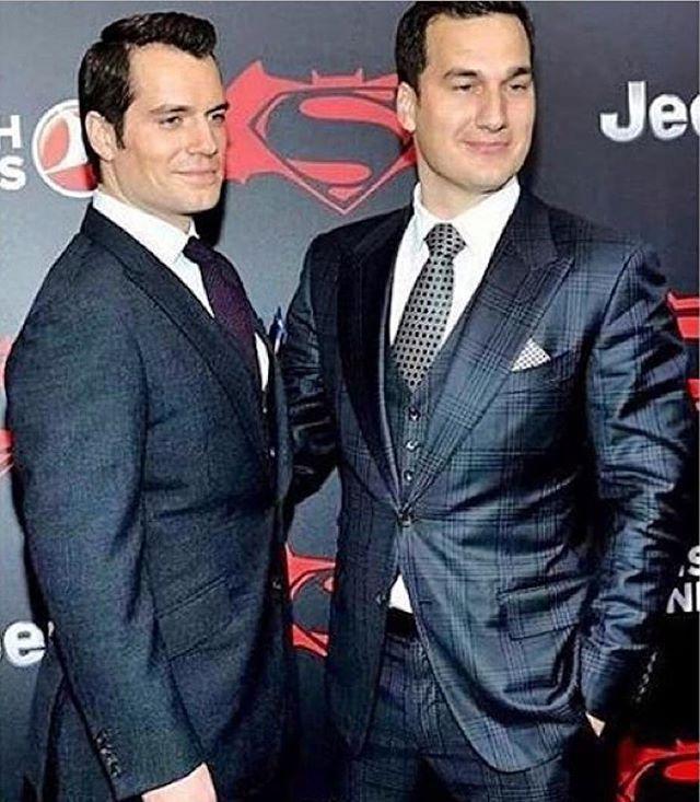 Henry y Charlie #Cavill  Que bonito es verlo con su #familia. #brothers #HenryCavill #BvSPremiere #BatmanvSuperman #superman