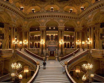Парадная лестница, ведущая в зал, салоны и фойе