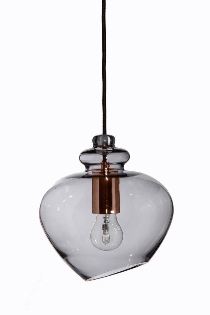 Grace är en otroligt vacker pendel med en kupa i rökfärgat glas och en snygg sockel i koppar. Lampan är skapad i en rund och mjuk design där ljuskällan visar bak glaset. Sladdlängd: 250cm, svart tygsladd. Ljuskälla ingår ej.