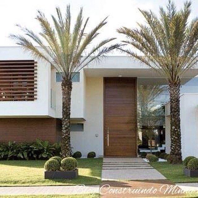 25 Fachadas de casas com palmeiras!!! Veja os tipos mais usados! Inspire-se com o post no blog: #construindominhacasaclean #blog #fachada #paisagismo #palmeira #casa #home #arquitetura #inspiração #instadecor #jardim