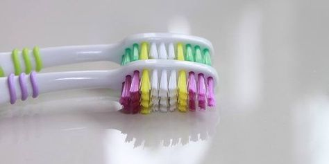 Comment faire pour désinfecter une brosse à dent ? Désinfecter votre brosse à dents est facile. Il suffit de tremper votre brosse à dents dans de l'eau oxygénée, entre chaque brossage. Cela la nettoie en profondeur et élimine les bactéries. C'est une astuce particulièrement pratique lorsque l'on est enrhumé on que l'on a la grippe. Source : Comment-Economiser.fr | http://www.comment-economiser.fr/utilisations-eau-oxygenee.html