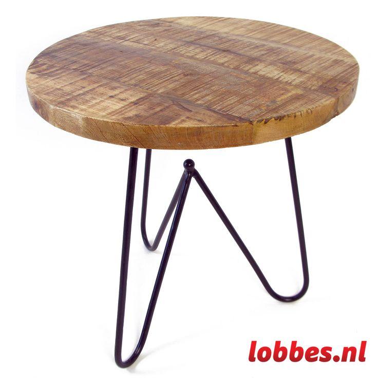 Sierlijke tafel met een 3 cm dik stevig houten bovenblad. Het onderstel is van zwart geverfd staal en bestaat uit drie poten. Een mooi koffie- of bijzettafeltje voor elke kamer!