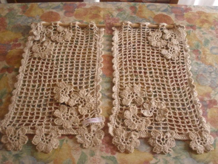 Cortininha em crochê com flores