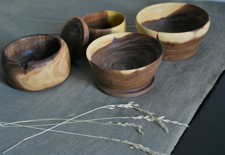 Простая и уютная посуда из вяза, пропитанная льняным маслом. Simple and cozy tableware of elm, impregnated with linseed oil