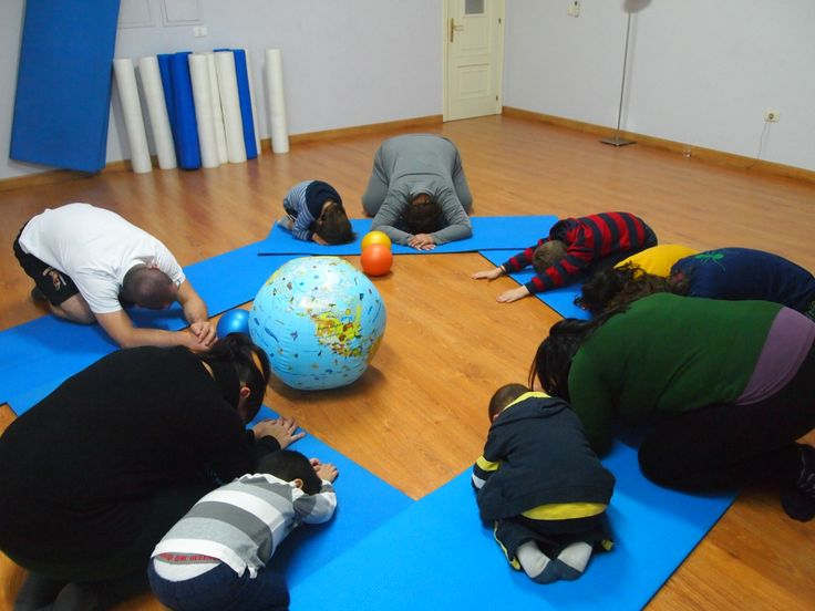 Haciendo juntos la postura del bebé #yogaenfamilia #yogaisfun