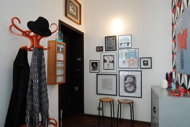 All'ingresso sulla parete una composizione grafica e fotografica in bianco e nero, l'appendiabiti a piantana stile retrò. Per nascondere il ...