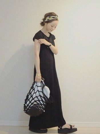 服は無地のブラックでシンプルにおさえて、ターバンに柄をもってきてコーディネートのアクセントに。