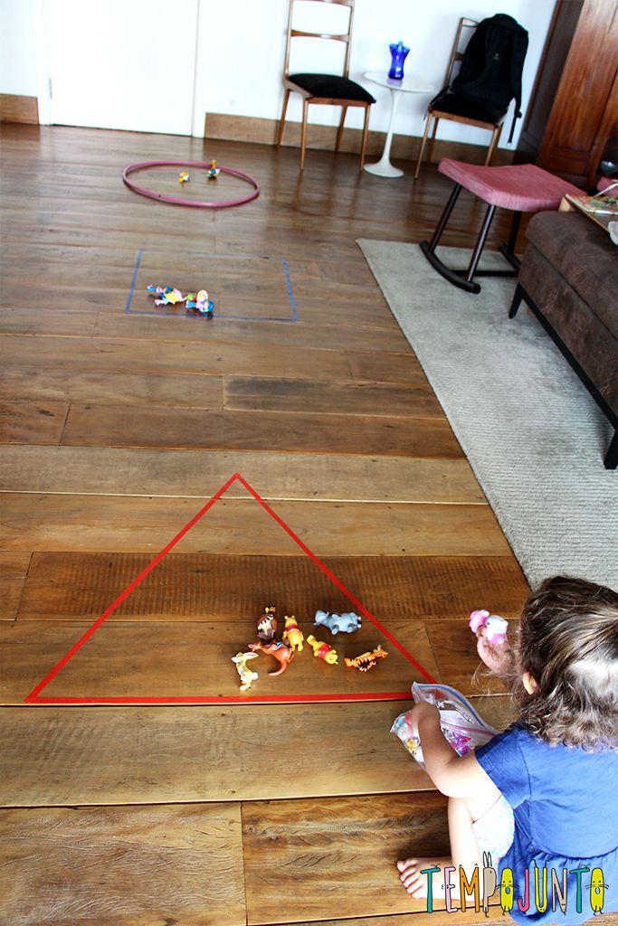 Um brincadeira para ensinar formas geométricas para os pequenos. Perfeita para os dias de inverno em que não dá para sair de casa.
