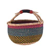 Menší příbuznýnašich košů Bolga je tento roztomilý košíček Baby Bolga, ručně pletený umělcive vesničce Bolgatanga na severu Ghany. Hodí se nejen pro děti, ale také nanákupy jako menší variace našich Bolga, jako interiérová dekorace, na ukládánívěcí, na pikniky či dětské poklady a náčiní. Při náhodném výběru Vám zašleme unikátní barevnou variaci koše, pokud máte požadavek na zvláštní barvu, prosím, kontaktujte nás.SPOLU S KOŠEM OBDRŽÍTE JEDNODUCHÝ NÁVOD NA TVAROVÁNÍ KOŠE PRO PŘÍPAD ...