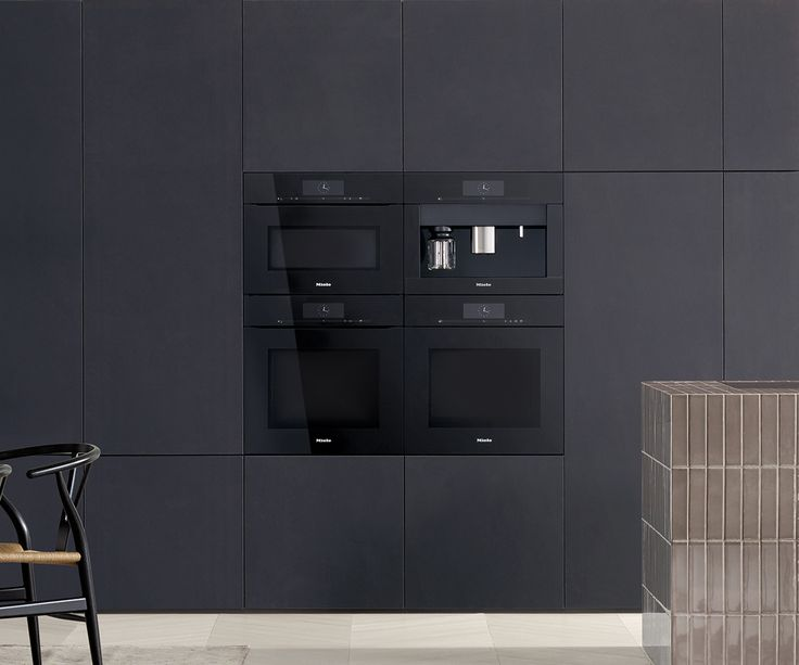 Pure glass fronts represent perfect reduction. Miele ArtLine in obsidian black is timelessly elegant and creates a very special aesthetic.