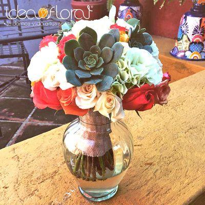 Hermoso bouquet, hecho de rosas coral y champagne, con su culentas y hortensias