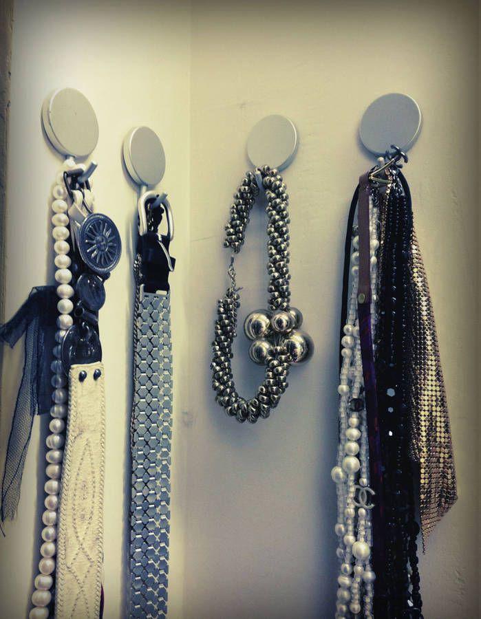 Les colliers et les ceintures sur des crochets