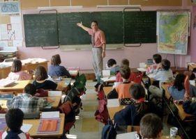 Öğretmen mezun olmak üzere olan öğrencilerine okulun son günü son bir ders daha vermek için tahtaya geçiyor. Tahtaya kocaman (1) bir rakamı çiziyor.  - Bu bir rakamı sizin kişiliğinizdir. Uzun emekleriniz, çalışmalarınız sonunda bugün mezun olmayı başardınız.